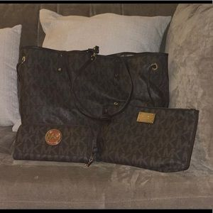 MICHAEL KORS LARGE VOYAGER TOTE WITH WALLET